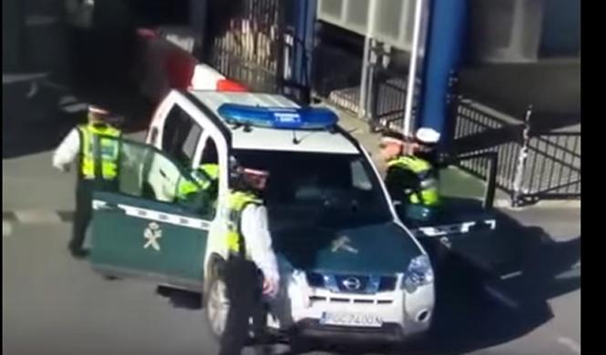Intenta pasar la frontera en un coche ¡de la Guardia Civil!