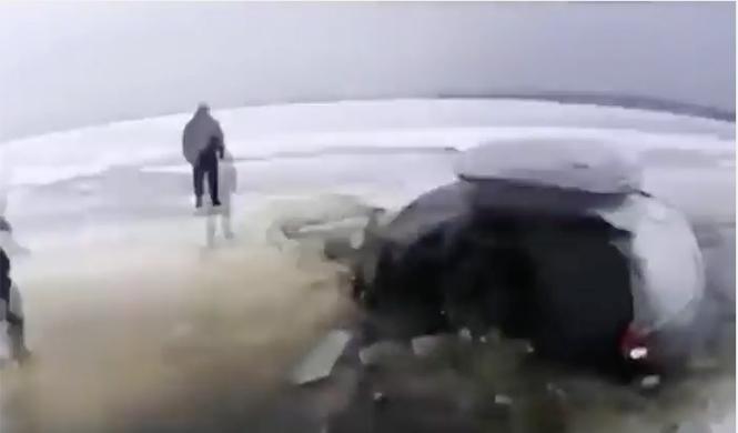 No intentes cruzar un lago helado o te pasará esto...