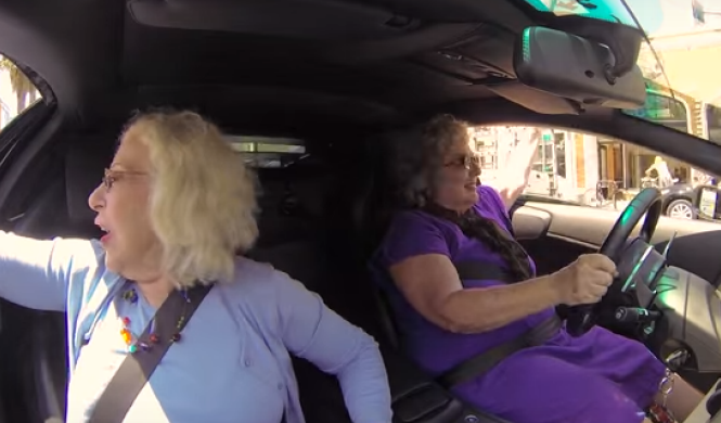 Vídeo: dos abuelas en un Lamborghini, la combinación ideal
