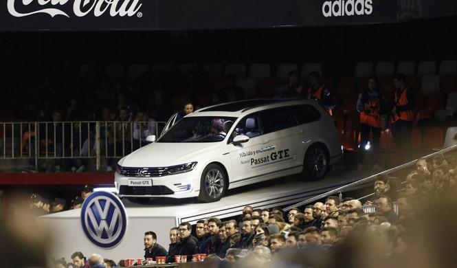 VW convierte el Passat GTE en palco de lujo para el fútbol