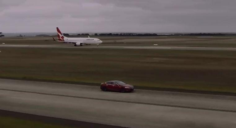 Vídeo: el Tesla Model S se enfrenta a un Boeing 737