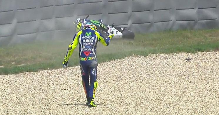 Valentino Rossi se cae en una carrera 560 días después