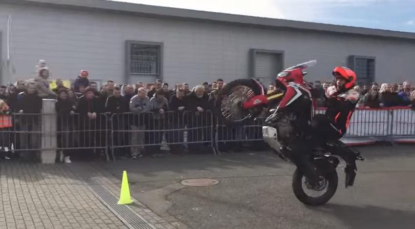Cómo hacer el cabra (sin caerse) con una Honda Africa Twin