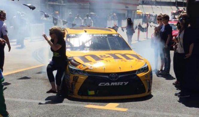 Vídeo: Kyle Busch (NASCAR) golpea a un espectador en boxes