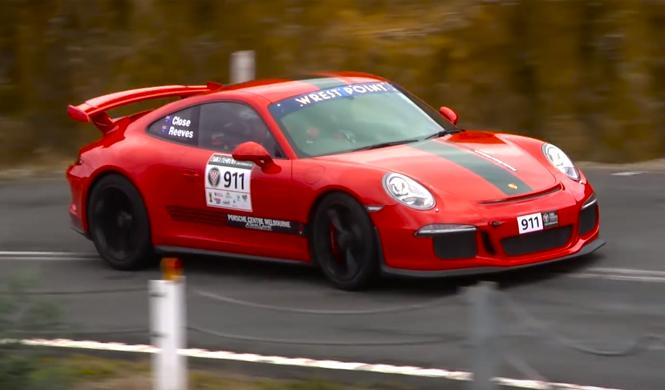 Un Porsche 911 GT3 con escape Akrapovic rodando a fondo
