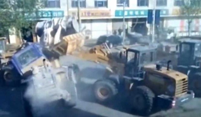 Vídeo: seis excavadoras pelean en plena calle