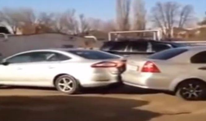 Vídeo: una mujer rusa ebria golpea 17 coches en un parking
