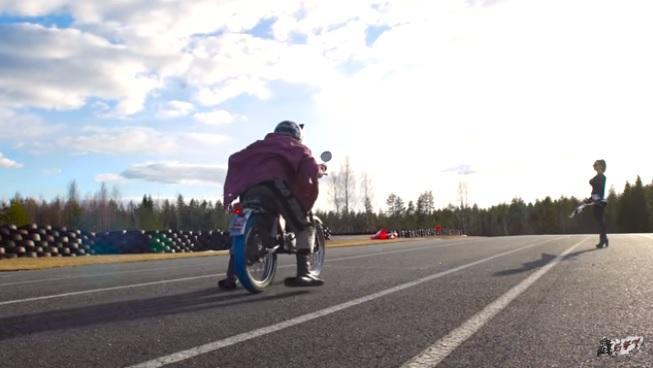 Vídeo: ¡Derrapando con una moto de 1,5 CV!
