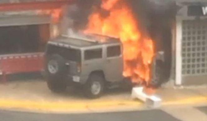 Empotra su Hummer tres veces contra un restaurante