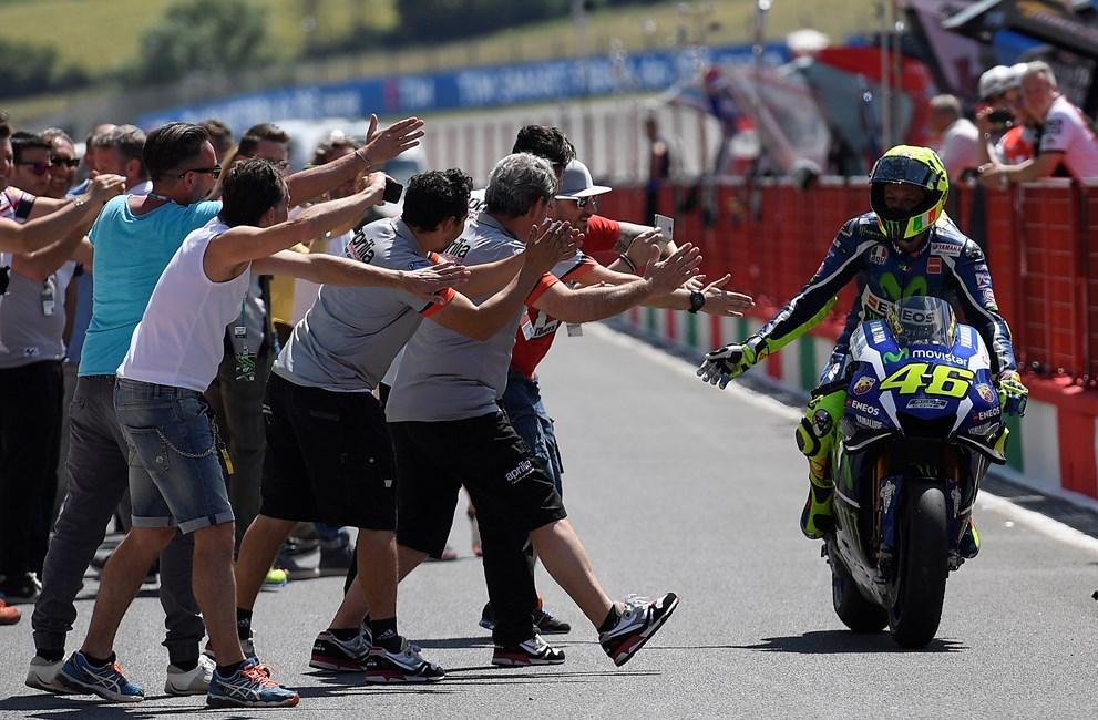 MotoGP Mugello 2016: plantón de Rossi a los tiffosi