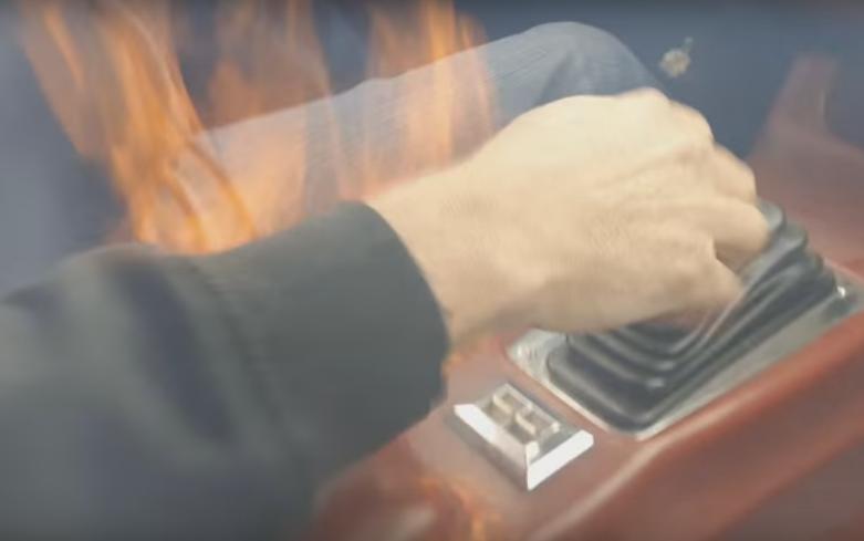 ¡Menudo susto! El interior de un Camaro acaba en llamas