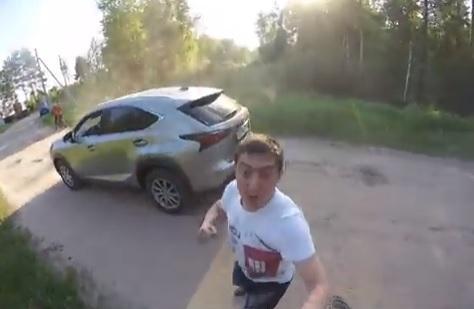 Vídeo: Un motero y un político ruso terminan a golpes
