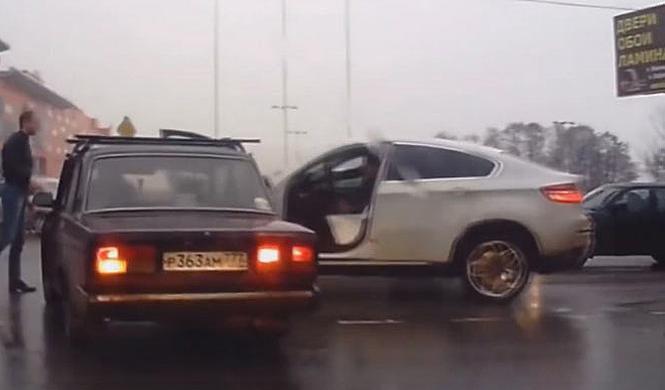 Vídeo: conductor de BMW X6 en Rusia = accidente seguro