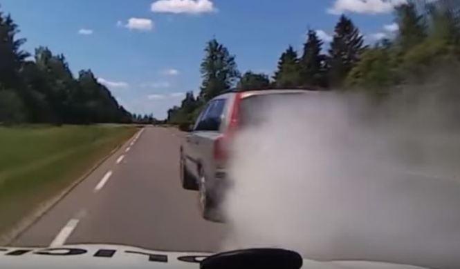 Vídeo: clavos y humo para escapar de la Policía