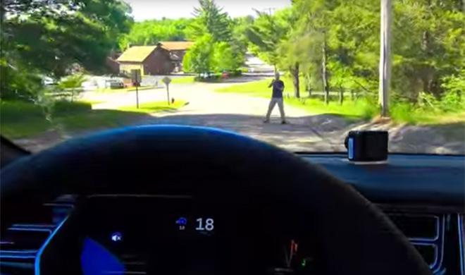 Piloto automático Tesla: no reconoce siempre a los peatones