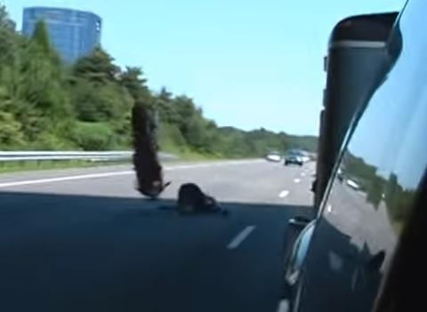 Vídeo: Un caballito espectacular con un final terrorífico