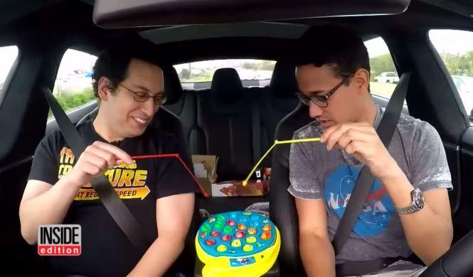 Vídeo: despreocupados con el piloto automático de Tesla