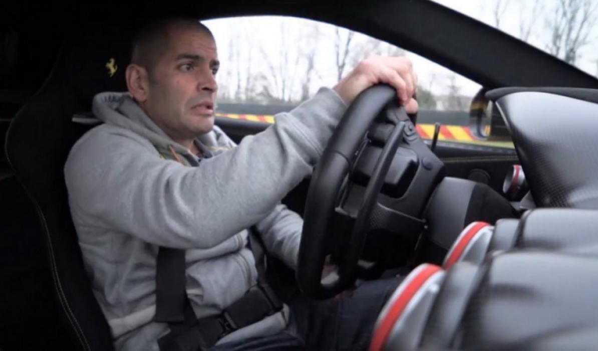 Chris Harris, al volante del Ferrari F12tdf