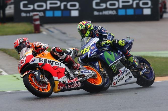 Radios en MotoGP: Rossi las quiere, Márquez no