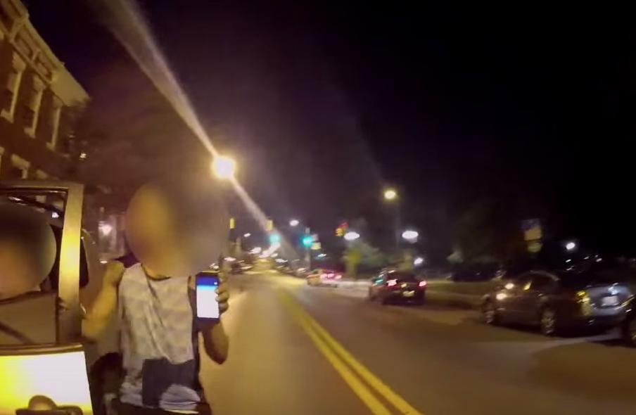Vídeo: se estrella contra la policía por cazar un Pokémon