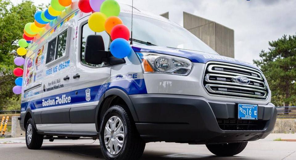 El coche de policía más refrescante... ¡reparte helados!