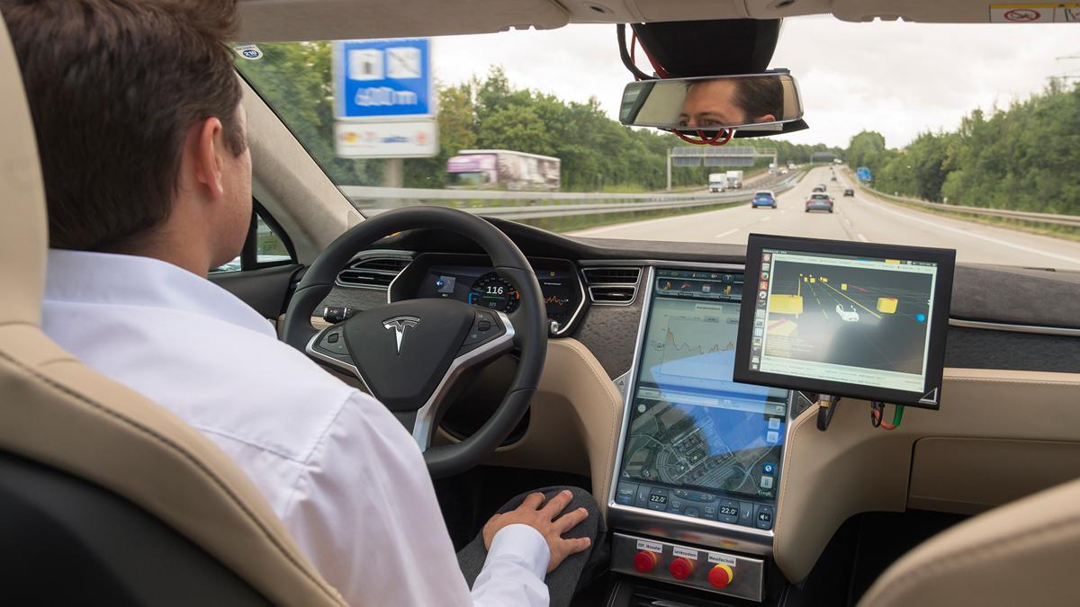 Tesla elimina el término 'Self-Driving' de una web china