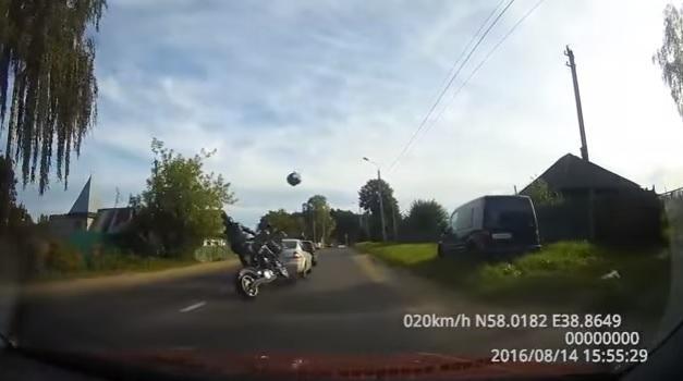 Vídeo: Un motorista colisiona con otro y sale volando