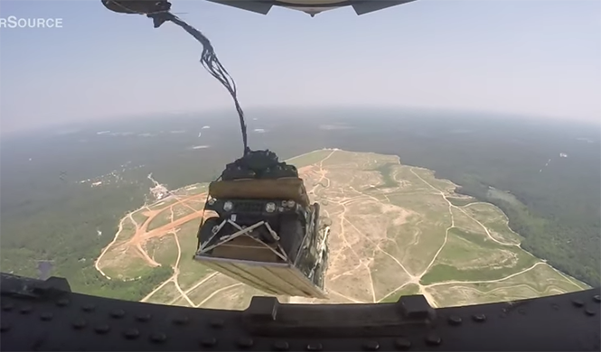 Los soldados americanos lanzan así sus Hummer desde el aire