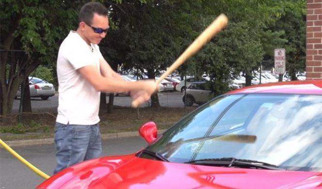 Vídeo: rompe con un bate el parabrisas de su Ferrari