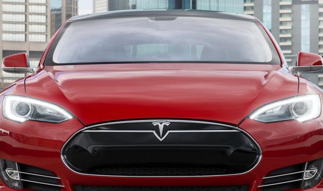 Un Tesla Model S se estrella contra un gimnasio