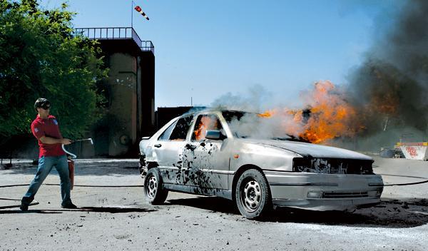 ¿Sabrías actuar ante un incendio en tu coche?