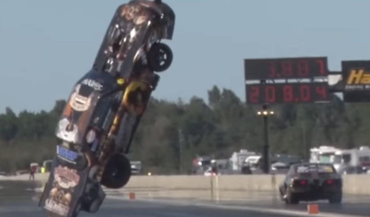 Un Ford Mustang sale volando en plena 'drag race'