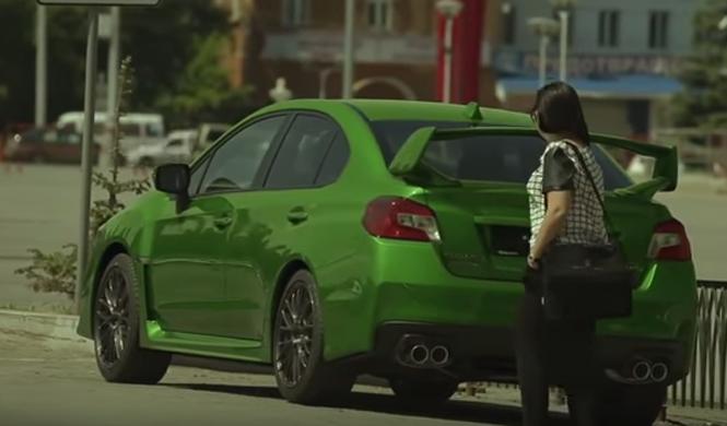 ¡Wow! Este coche cambia de color con un mando a distancia