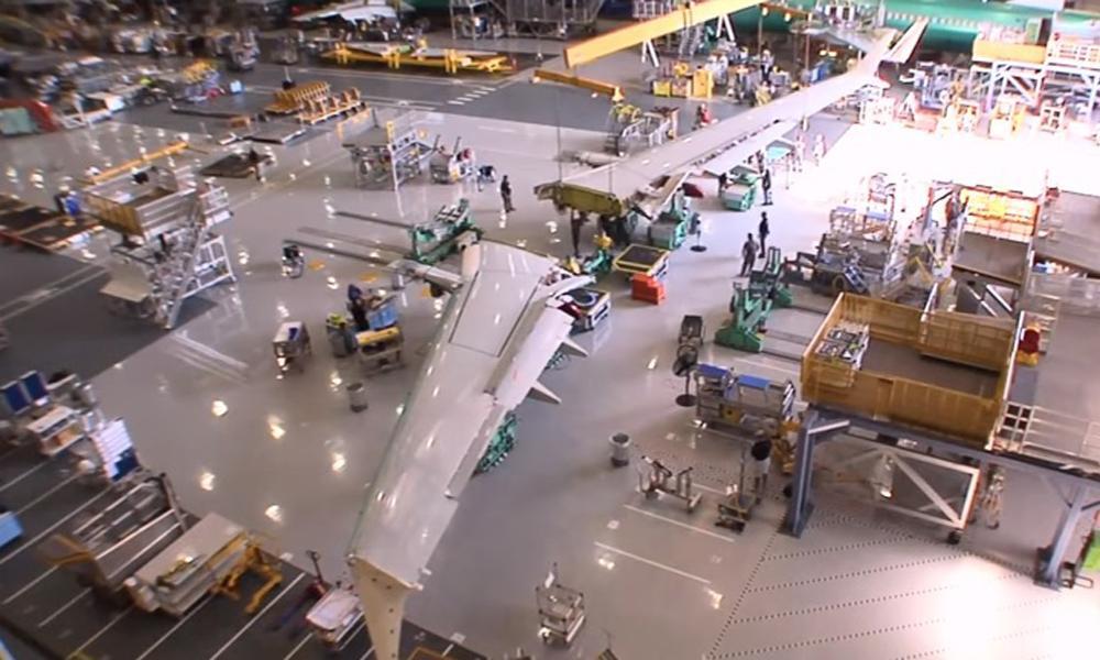 Este robot de 60 toneladas fabrica las alas de los Boeing