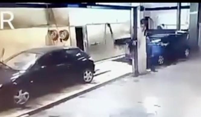 Vídeo: entra a robar y termina lavando todos los coches