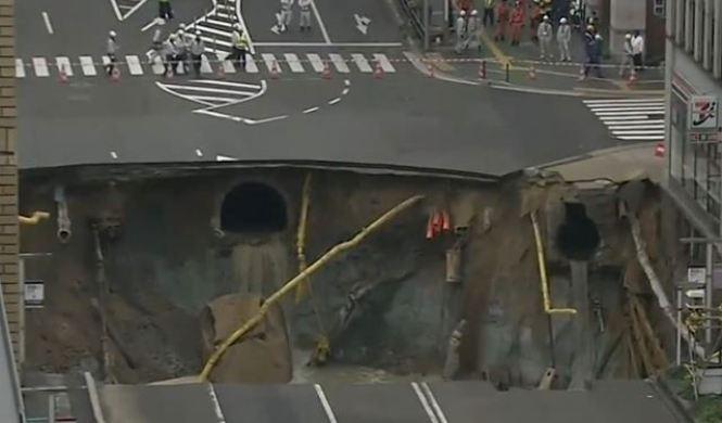 Vídeo: una calle se hunde por completo en Japón