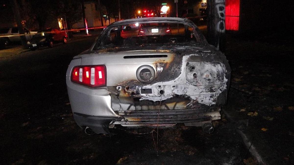 vándalo contrario Trump quema Ford Mustang