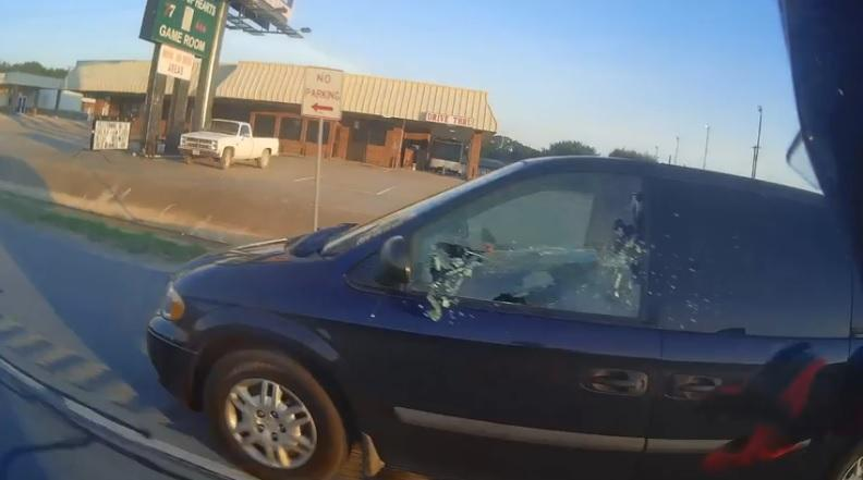 Este motero se cabrea y revienta la ventana de un coche