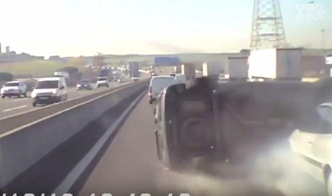 Un camionero provoca un accidente y se da a la fuga