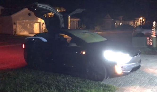 Vídeo: Easter egg navideño del Tesla Model X
