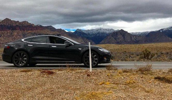 Tirados en el desierto con un Tesla Model S