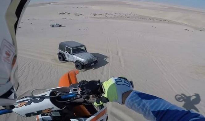 Vídeo: Motorista cae sobre un Jeep Wrangler desde 30 metros