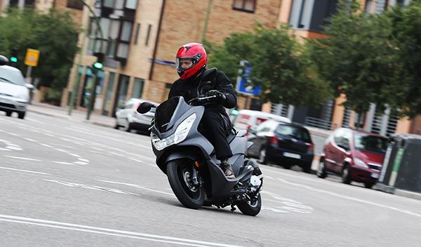 Prueba de la Honda PCX 125: como PCX en el agua ¡y carné B!