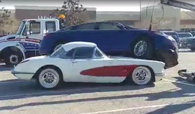 V 237 Deo Un Ford Mondeo Choca Contra Corvette C1 De 1959