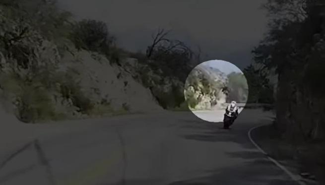 Vídeo: Un motorista choca con un guardarraíl y sale volando