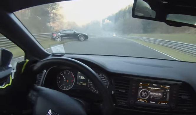 Vídeo: Audi TT RS casi choca tras pisar aceite en el Ring