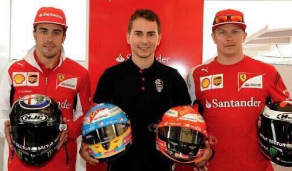 Alonso y Räikkönen se intercambian los cascos con Lorenzo