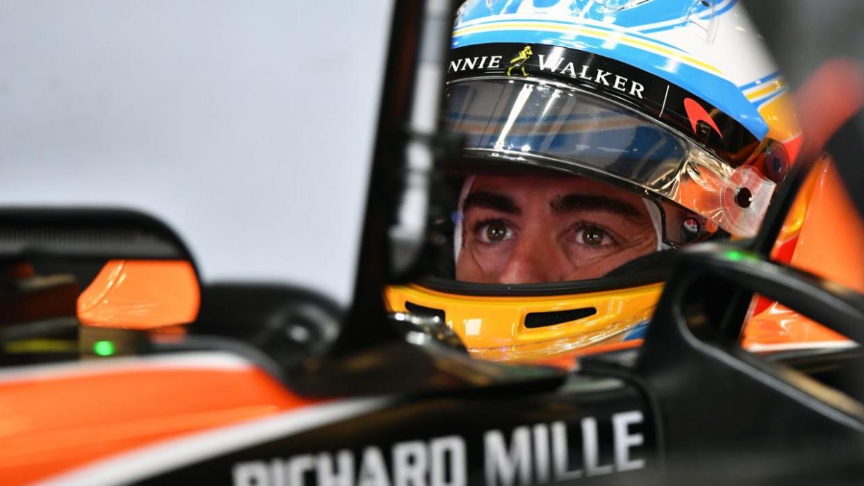 Fernando Alonso, en el interior del box de McLaren