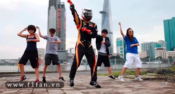 Kimi Raikkonen bailando en la calle