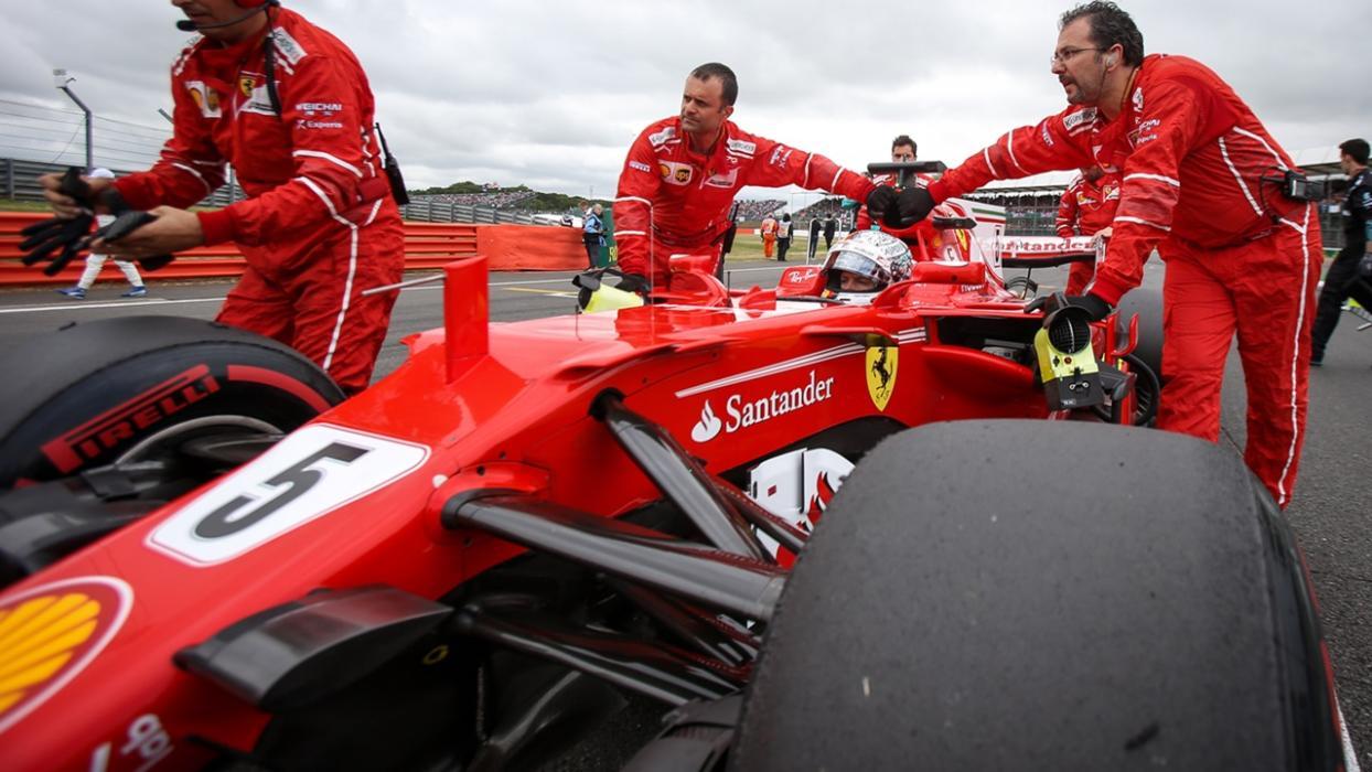 Sebastian Vettel, junto a sus mecánicos en el Circuito de Silverstone